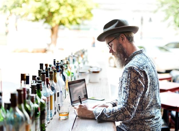Restaurantbesitzer macht inventar in der bar