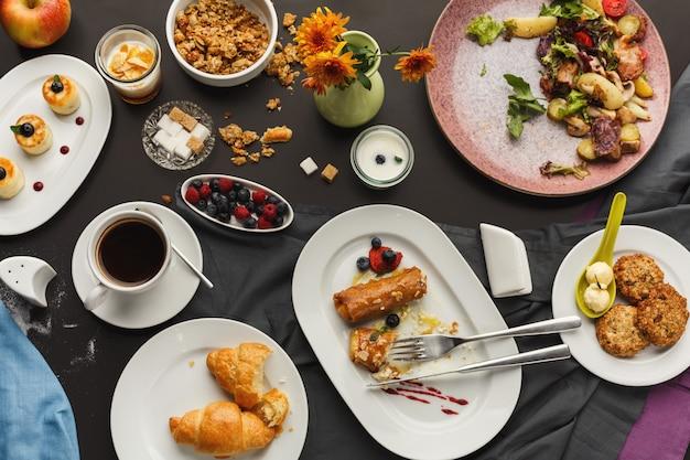 Restaurantfrühstück mit verschiedenen süßen leckereien