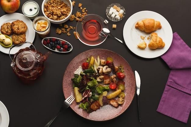 Restaurantfrühstück mit warmem kartoffelsalat