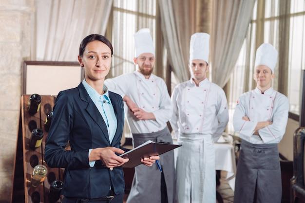Restaurantleiter und sein personal in der küche.