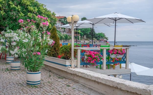 Restaurants am meer in nessebar, bulgarien
