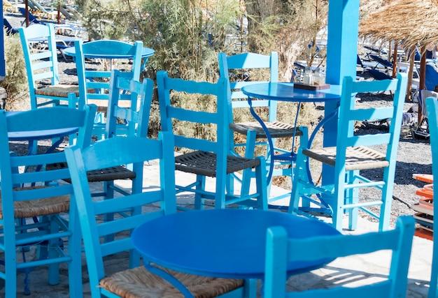 Restaurantterrasse vor dem strand in kamari auf der insel santorini