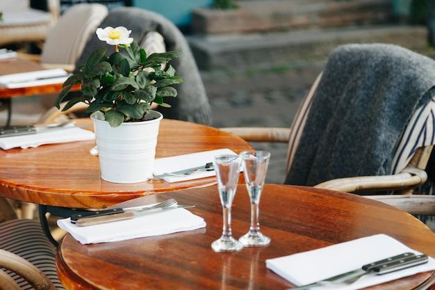 Restauranttische mit gemütlicher einrichtung