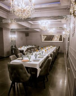 Restaurantzimmer mit zwei langen esstischen