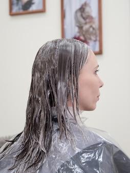 Restaurierung langer haare im schönheitssalon. haare färben.