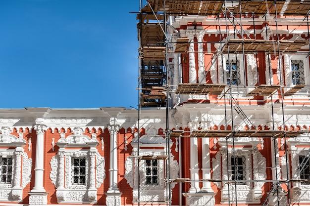 Restaurierungsarbeiten an einem historischen monument in nischni nowgorod.