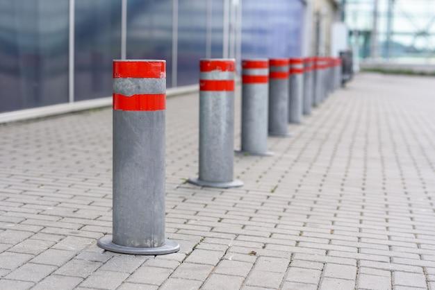 Restriktive säulen auf einem parkplatz