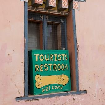 Restroomzeichen auf fenster, sopsokha-dorf, punakha, bhutan