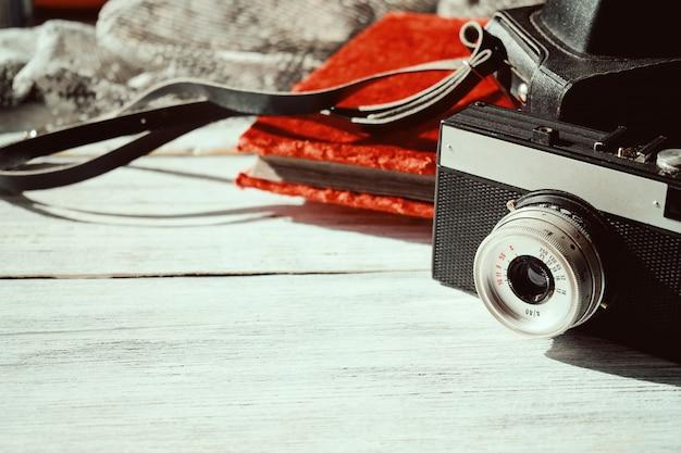 Retro alte kamera mit schwarzem lederetui und vintage fotoalbum