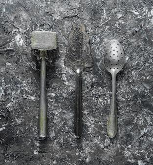 Retro alte küchenwerkzeuge auf grauem betonhintergrund