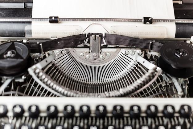 Retro alte schreibmaschine mit blatt papier, nahaufnahme foto,