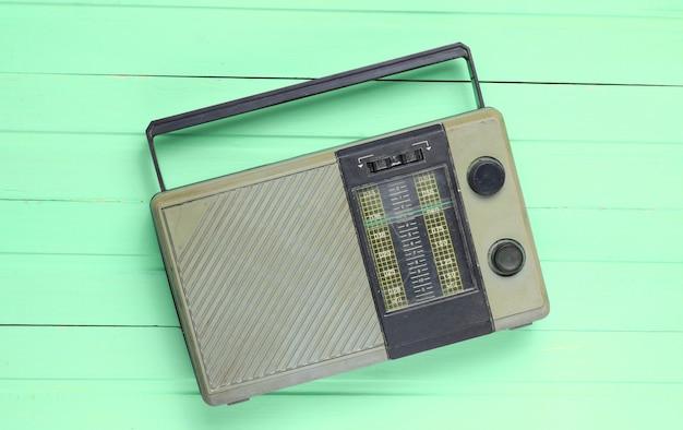 Retro alter radioempfänger, der veraltete technologie illustriert
