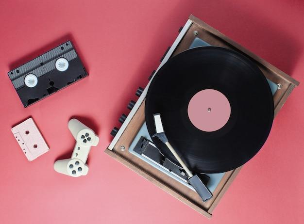Retro-artikel mit vinyl-player, audio- und videobändern und gamepad
