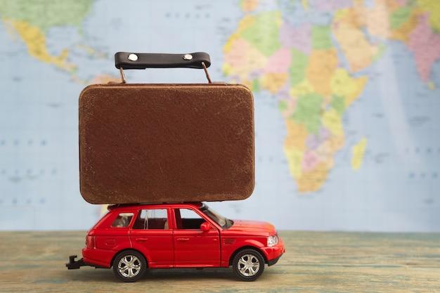 Retro auto mit koffern auf karte. sommerferienkonzept