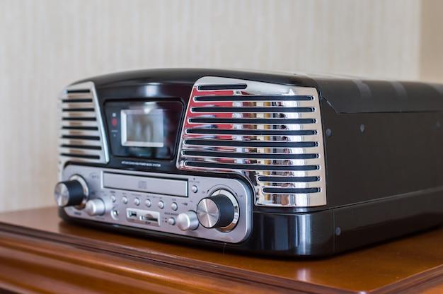 Retro cd-player auf schließfach