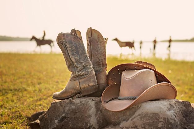 Retro cowboyhut und stiefel des wilden westens