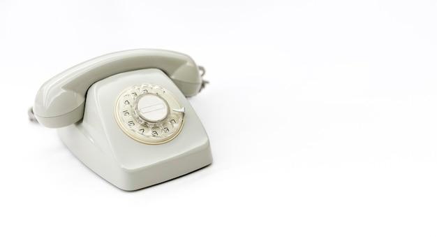 Retro desktop-telefon lokalisiert auf einem weißen hintergrund. platz für text. kommunikationskonzept.