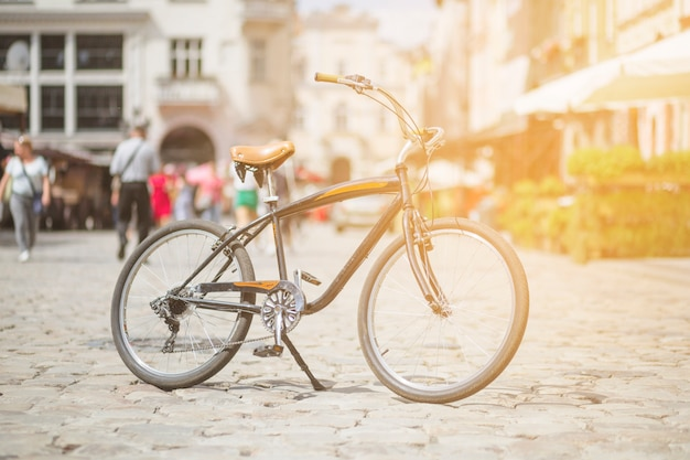 Retro- fahrrad parkte auf straße in der stadt