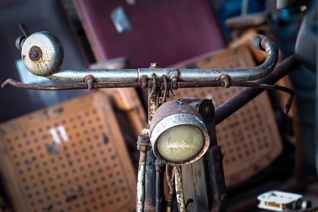 Retro-fahrrad, vorderansicht. retro-stil bild eines fahrrads aus dem 19. jahrhundert mit laterne. öko-transportkonzeptidee retten weltgrün.