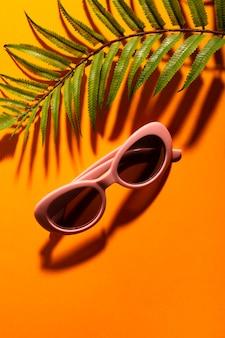 Retro- farbige sonnenbrille der nahaufnahme