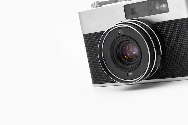 Retro-filmkamera auf einem isolierten weißen hintergrund