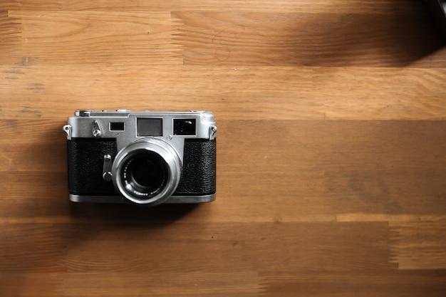 Retro filmkamera liegen auf einem holztisch. draufsicht. horizontal. draufsicht