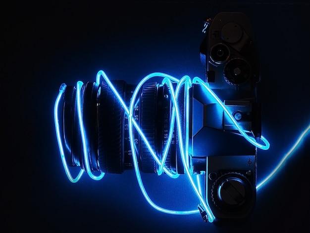 Retro filmkamera mit neonlichtern.