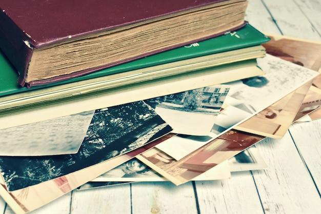 Retro-fotoalbum des alten papiers mit familienfotos. familienfotoarchiv.