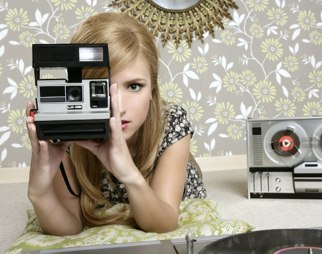 Retro- fotofrau der kamera im weinleseraum