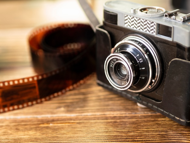 Retro- fotokamera der nahaufnahme mit film