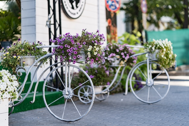 Retro gelbes fahrrad am straßenrand mit weinsteinmauer