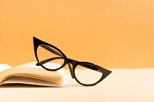 Retro- gläser der nahaufnahme auf einem buch