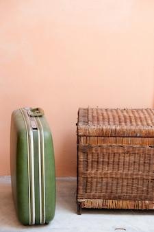 Retro grüne koffer mit alter hölzerner truhe