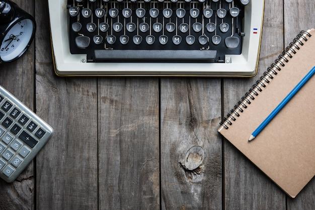 Retro- hand der schreibmaschine auf holztisch