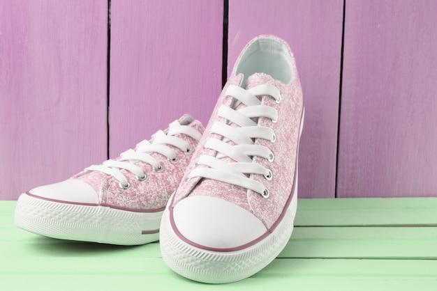 Retro-hipster-turnschuhe für damen mit weißen schnürsenkeln