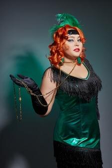 Retro kabarett pralle frau mit roten haaren im hellgrünen kleid. frau gatsby
