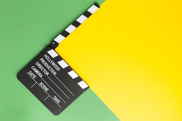 Retro-kamera-klappe auf einem farbigen background.a-klappe auf einem farbigen hintergrund. foto in hoher qualität