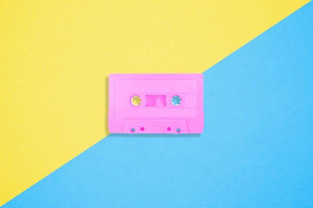 Retro- kassetten auf einem hellen duotone hintergrund Premium Fotos