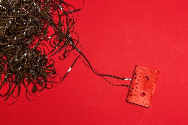 Retro kassetten auf farbigem hintergrund