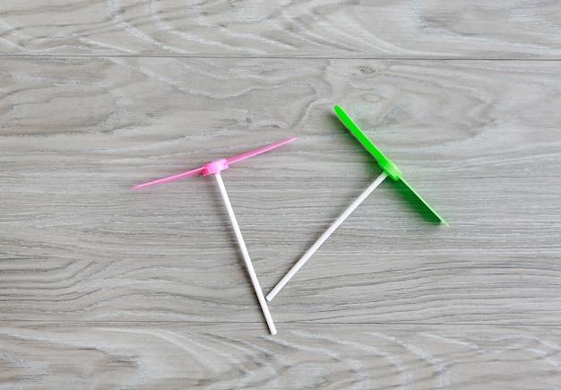 Retro kinderspielzeug, plastikzapfen auf hölzernem hintergrund