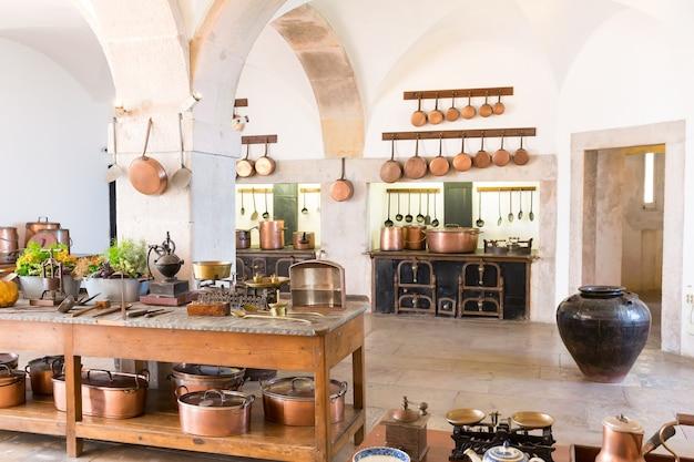 Retro-kücheninnenraum mit altem messinggeschirr