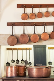 Retro-kücheninnenraum mit alten pfannen, topf auf dem ofen hautnah