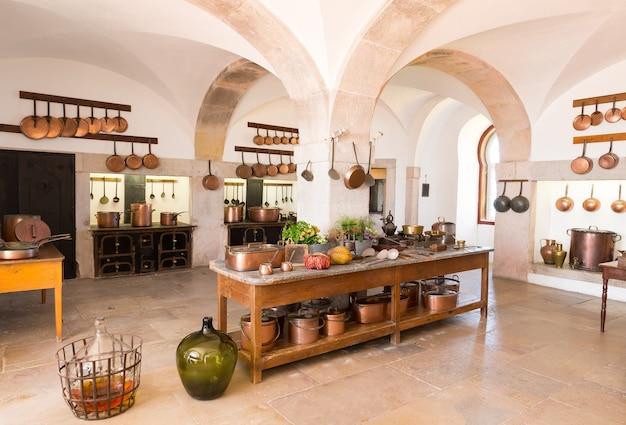 Retro-kücheninnenraum mit alten töpfen und pfannen