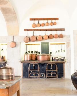 Retro-kücheninnenraum mit alten töpfen und schrank