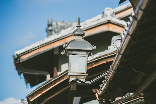 Retro- lampe weinleseart japans in kyoto-stadt verzieren altes haus am gion geisha bezirk.