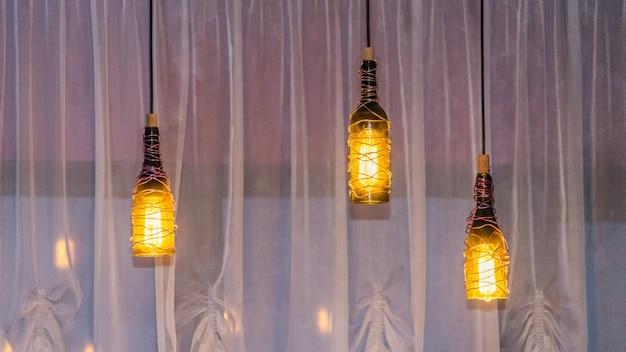 Retro-lichtlampendekoration aus flaschen. sotschi 2020