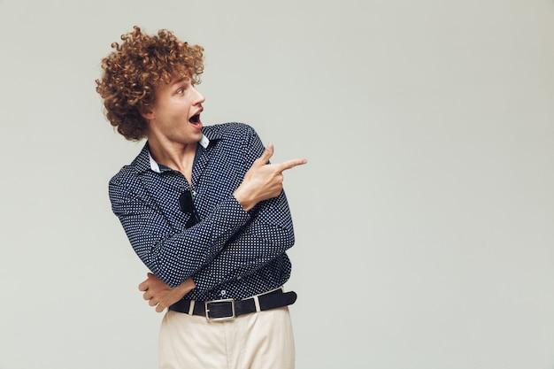 Retro mann gekleidet in hemd stehend und posierend