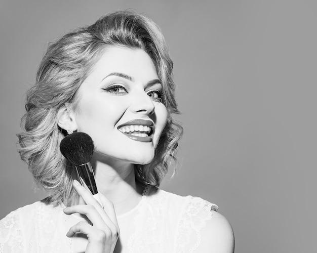 Retro-maskenbildner, der pinup-modell make-up tut