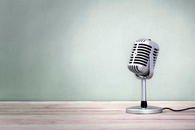 Retro- mikrofon auf holztischweinlesestil