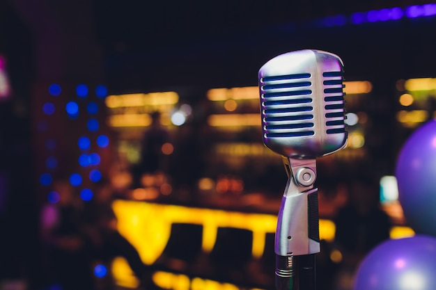 Retro mikrofon gegen buntes helles restaurant der unschärfe